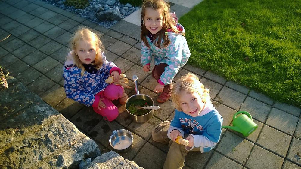 children-Kinder kochen im Freien