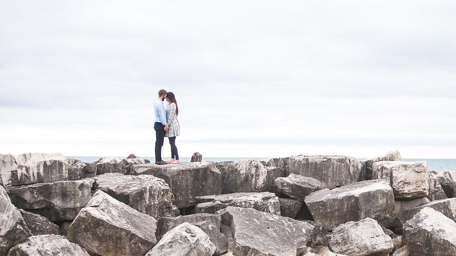 Liebhaber auf einem felsigen Strand