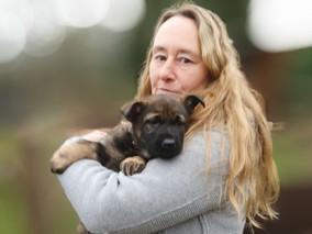 Veronika Hauff mit Schäferhund-Welpe Anka auf dem Arm