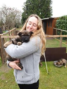 Hundetrainerin Veronika mit Schäferhund-Welpe Anka auf dem Arm