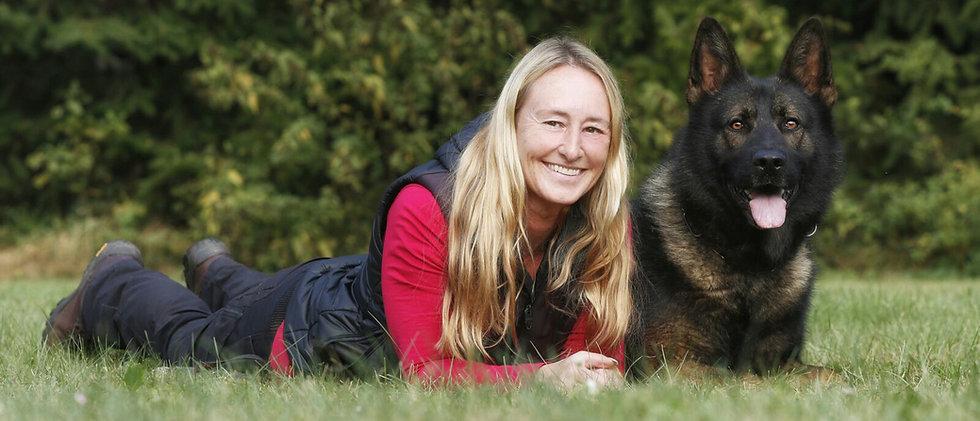 Hundetrainerin Veronika Hauff mit Schäferhund Grisu