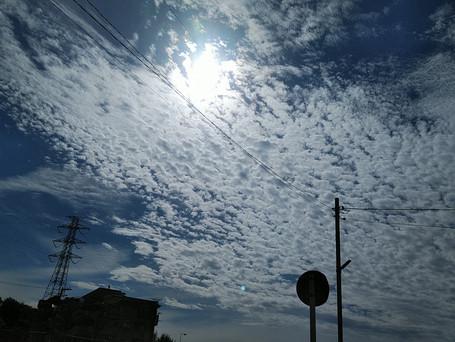 青空が雲で覆われます。