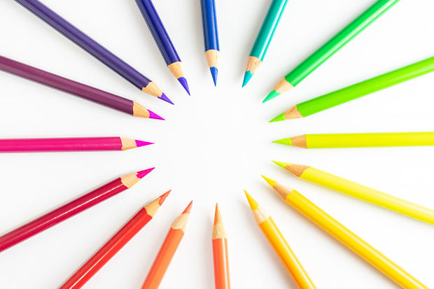 lapices-colores-formando-circulo-centro-