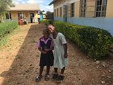 19-11_Kinder_vor_dem_Schulgebäude.jpg