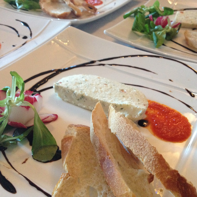 Terrine de chèvre et aneth, salade légère, coulis de poivrons rouges rôtis et toast croustillant (v)