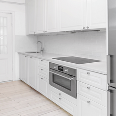 Modernt kök med vita luckor