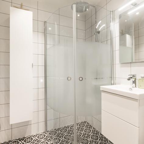 Klassiskt badrum med duschhörna