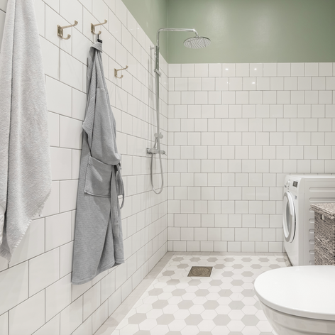 Lantligt badrum med klassisk stil
