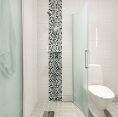 Modernt badrum med vitt kakel