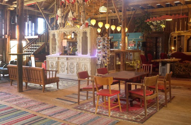 Alma Löv Museum med udda stolar och oändligt många trasmattor på golvet.