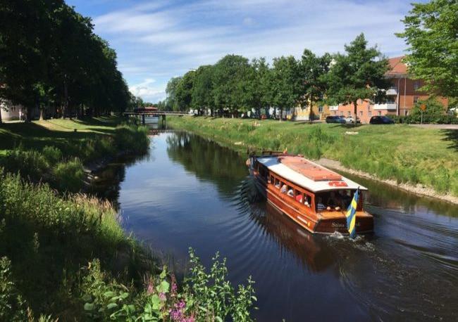 En liten båt åker längs med Klarälven.
