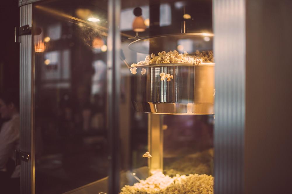 Popcorn poppas på en biograf.