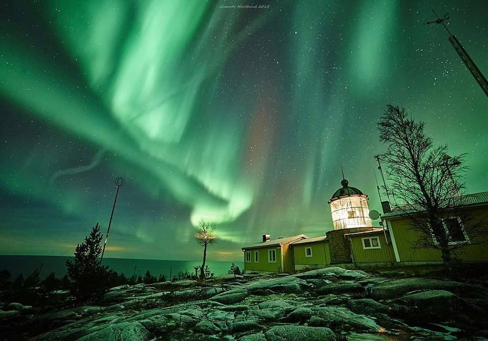 Bjuröklubbs fyr med ett ståtligt norrsken på himlen ovanför.