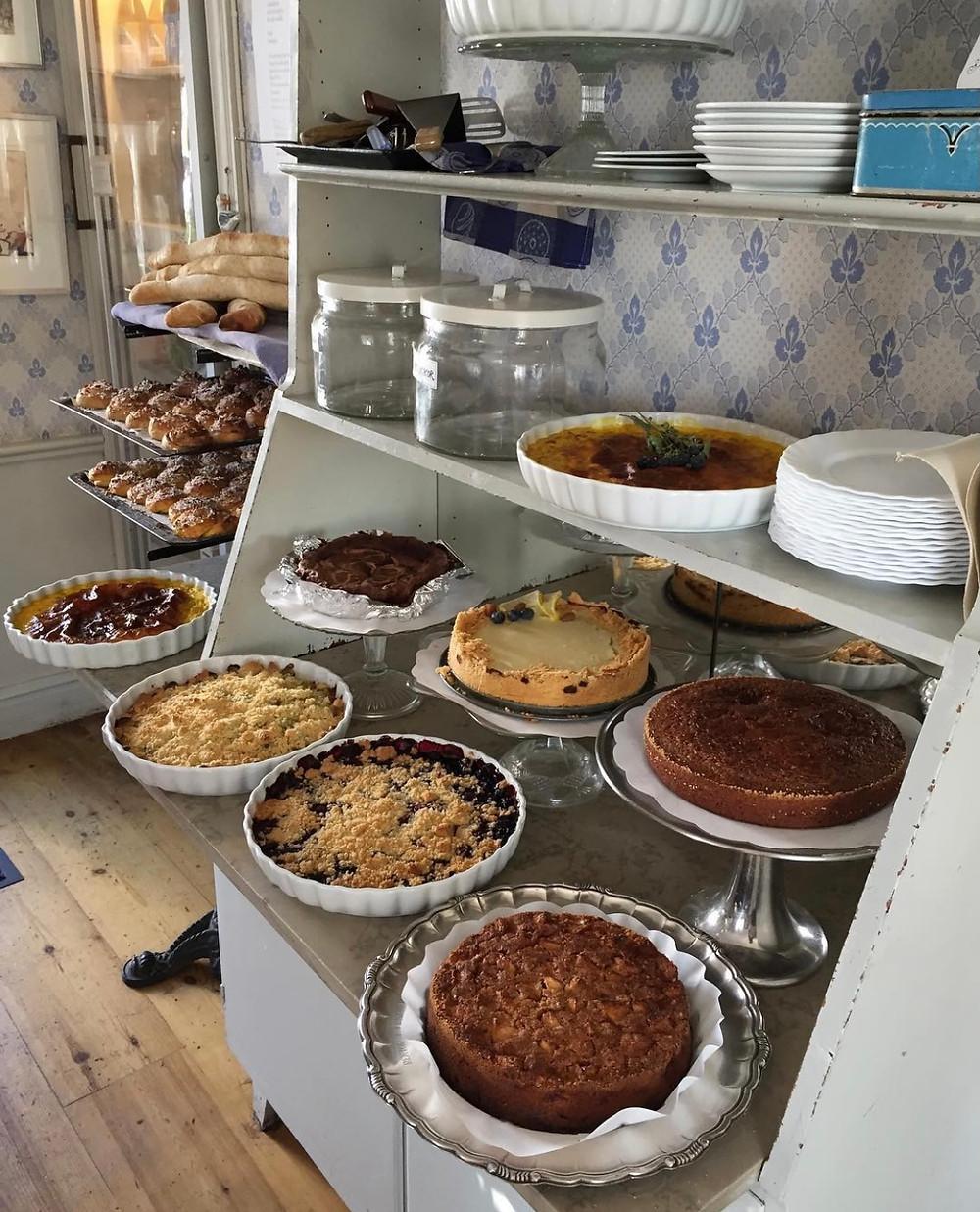 En buffé av olika pajer, tårtor och bullar i mängder.