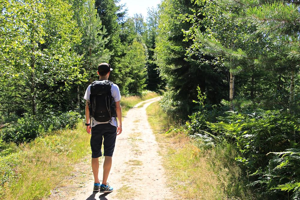 Man med ryggsäck vandrar längs Bonäsleden.