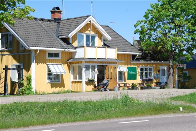 Ett gult trähus där Esters Café huserar.