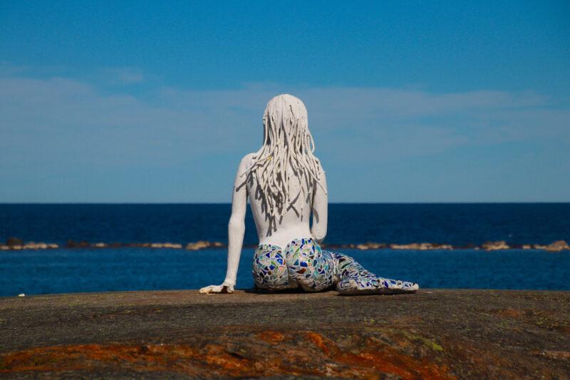 Statyn av en sjöjungfru som sitter på Sillhällorna.