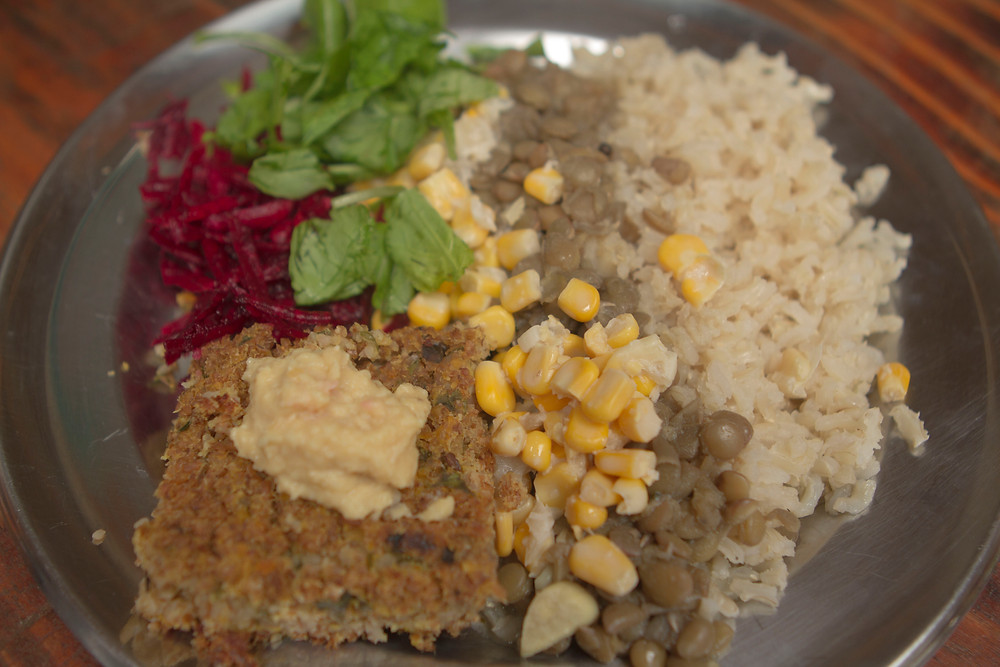 arroz, ervilha, milho, kibe, homus, alface, beterraba
