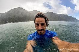 photographe de surf dans l'eau en martinique