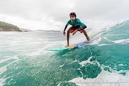 jeune surfeur, surf une vague martinique tartane