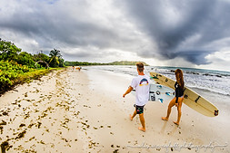 couple de surfeurs, surf à anse trabaud martinique
