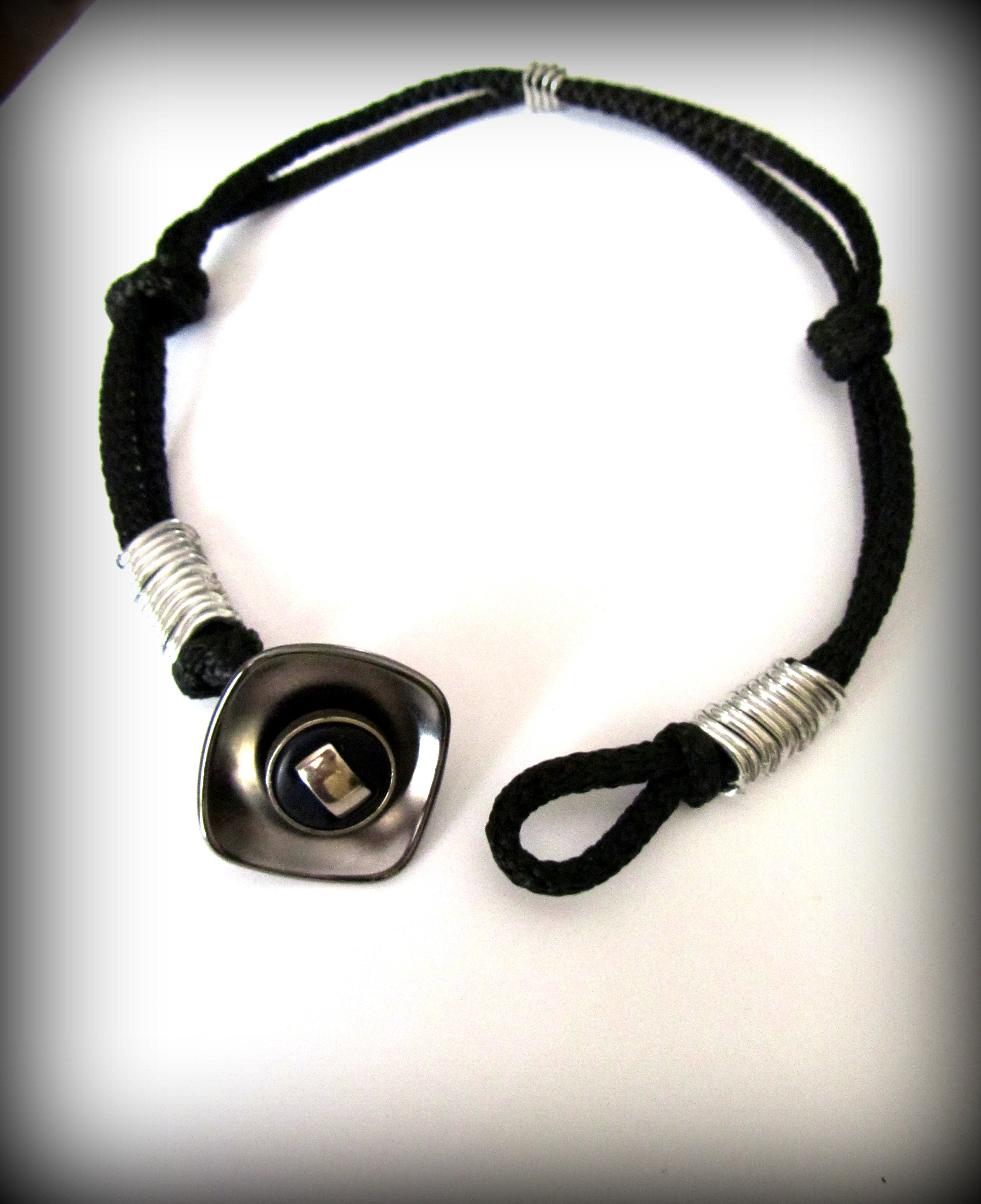 Ожерелье и / или браслет.