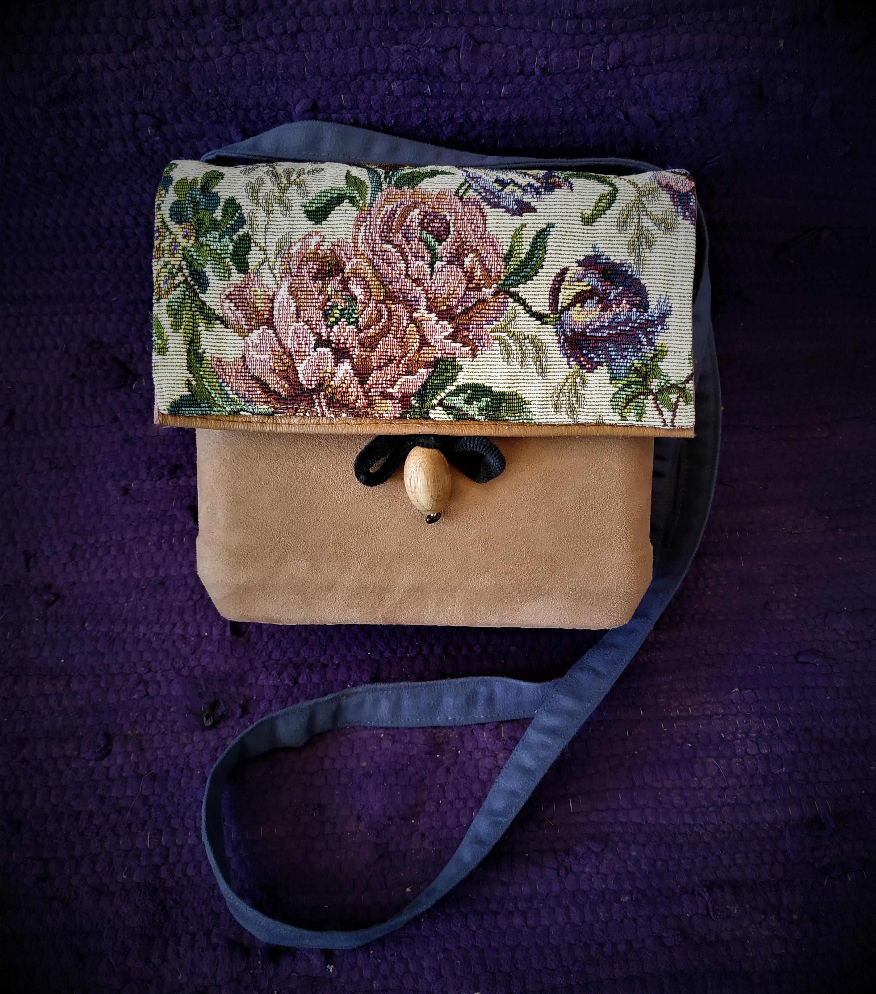 Box-bag on a plastic base