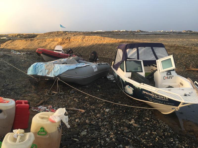 Лодки в ручье без воды .