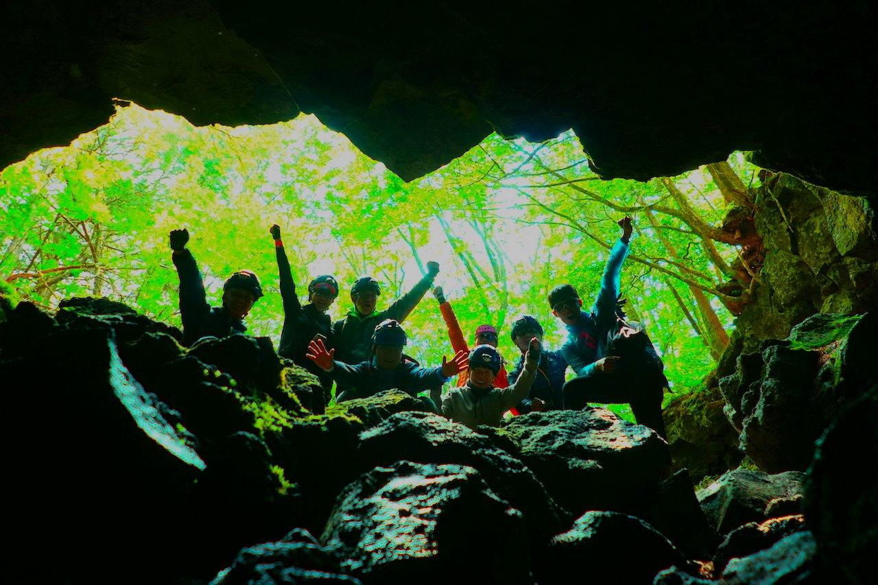 青木ヶ原樹海でアドベンチャー体験!氷の世界が広がる神秘な巨大溶岩洞窟へ潜入!