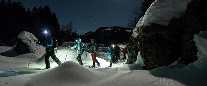 Raquetas de nieve bajo la luna llena en Huesca en los Pirineos en Ordesa en Ainsa en Escalona