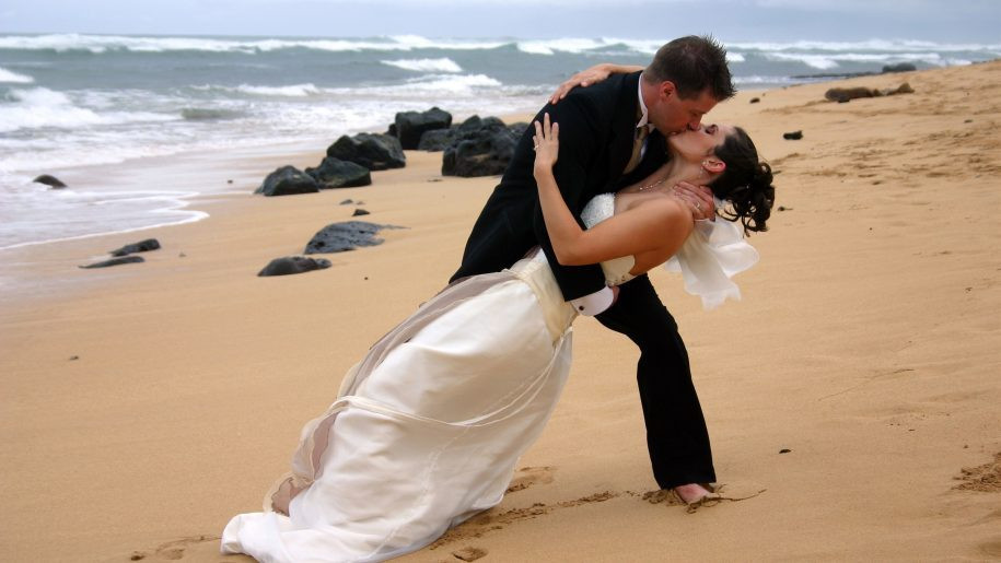 Love-beach-Romance-Couple-wedding-girl-boy-kissing-HD-Wallpaper-3072x1920-915x515