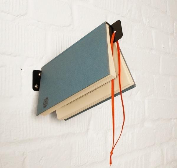 livro pendurado