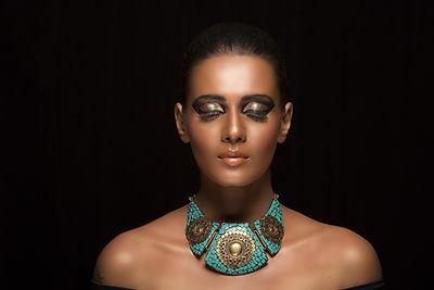 Jente med en turkis halssmykke