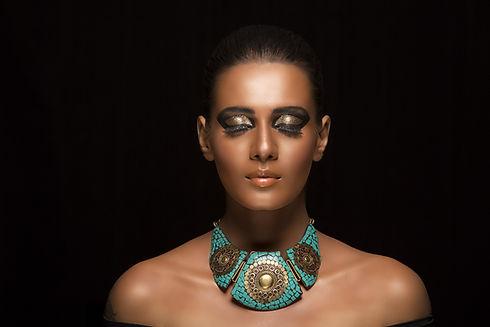 Chica con un collar de turquesa
