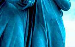 ¡Abrazando a la Virgen María!