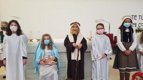 Los niños de la Comunidad parroquial representan un sencillo belén
