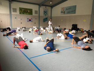 Kinder unterrichten ihre Eltern im Taekwondo