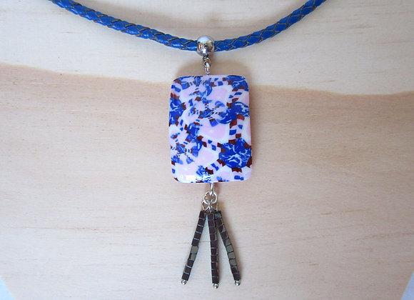 Collier avec pendentif rectangulaire et perles carrées