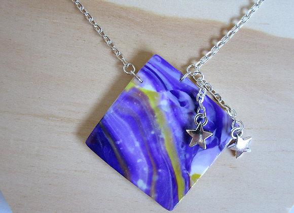 Collier au pendentif carré violet