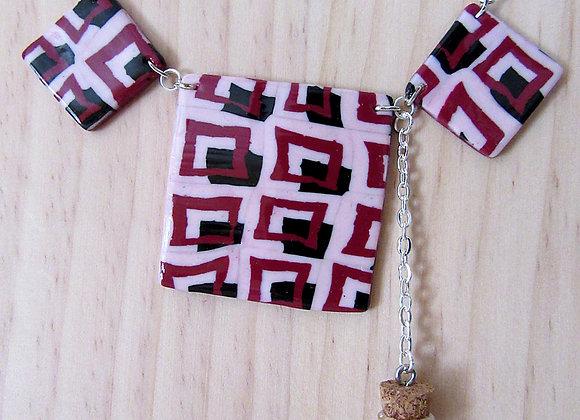 Collier avec trois éléments carrés