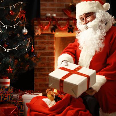 Der Weihnachtsman teilt Geschenke aus.