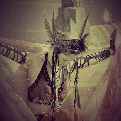 Isis ist die ägyptische Göttin der Geburt und des Todes. Ihre Darstellung ist allseits bekannt. Große, weit ausgebreitete Flügel zeichnen sie aus. Im orientalischen Tanz werden diese durch lange, schillernde Schleier nachgeahmt, die am Hals befestigt und mit Stäben an den Händen geführt werden.  Mit verschiedene Armbewegungen und Drehungen lassen sich so wunderschöne Bewegungen kreieren, die sich stets für großes Staunen beim Publikum sorgen und sich stats besonderer  Beliebtheit erfreuen.
