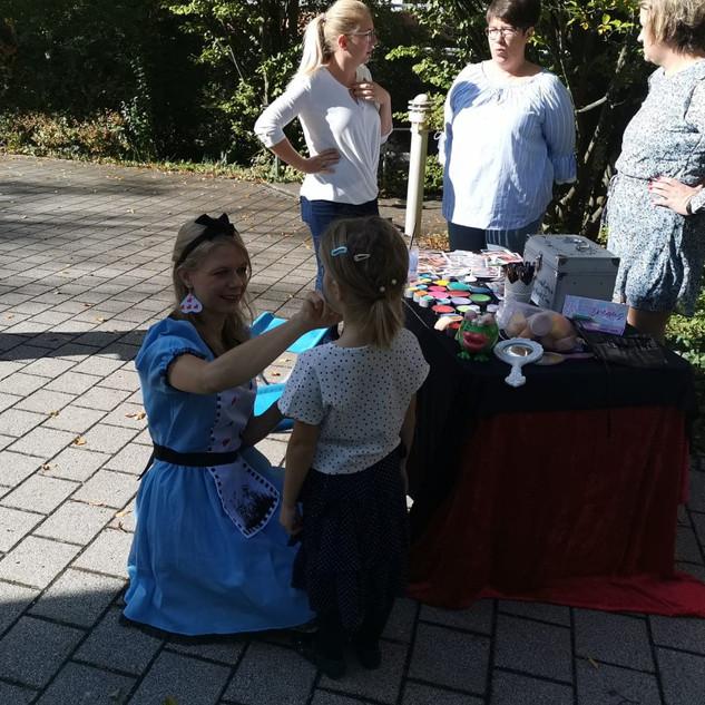Alice im Wunderland schminkt die kleine Gäste