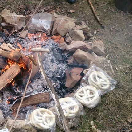 Stockbrot und Feuer machen