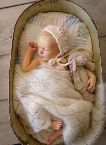newborn-baby-in-vintage-bath-patchwork-q