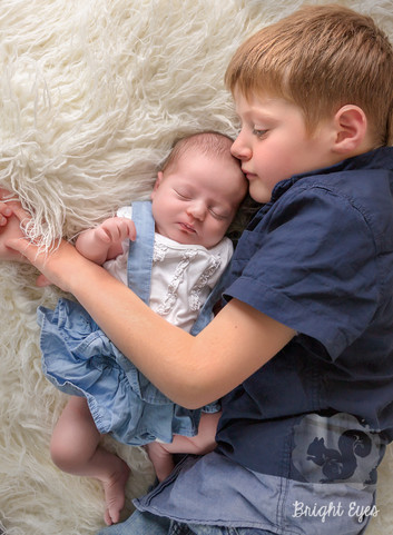big-brother-newborn-sister-brighteyespho
