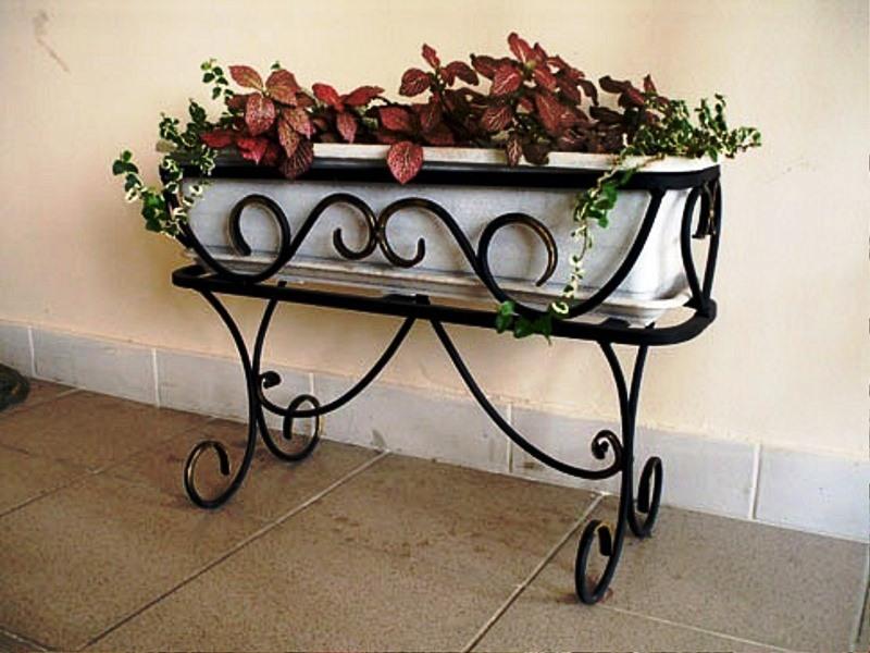 Кованая подставка под цветы А24