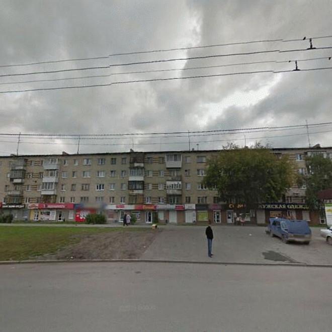 Выход из метро к дому по пр. Космонавтов, 72