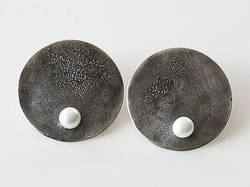 kolczyki LANOCHE kola 31 mm z białą perłą black