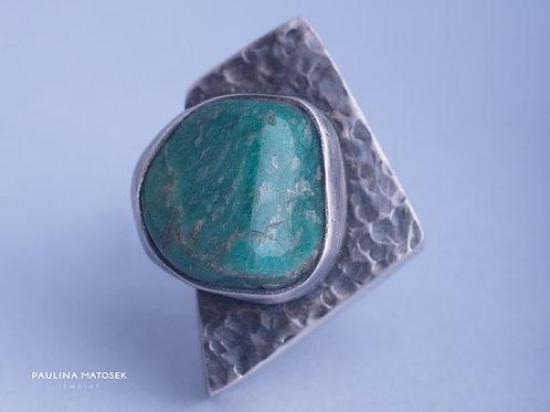 Geometryczny pierścień unikaTY z zielonym minerałem